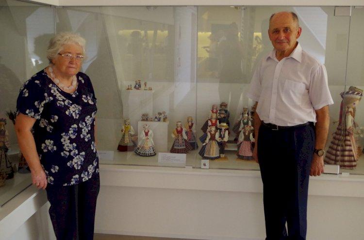 Liaudies buities muziejuje Laima ir Petras Levickai pristatė etnografines lėles